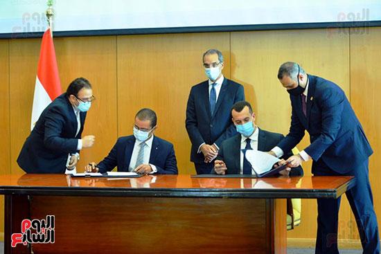 توقيع عقود ترددات المحمول الجديدة (51)