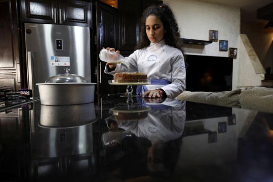طاهية معجنات تحضر كعكة الزعفران في منزلها