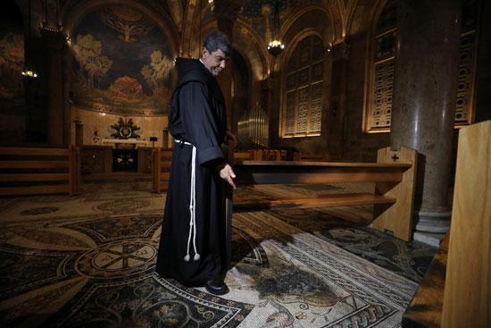 كاهن الكنيسة يتفقد محاولة الحريق