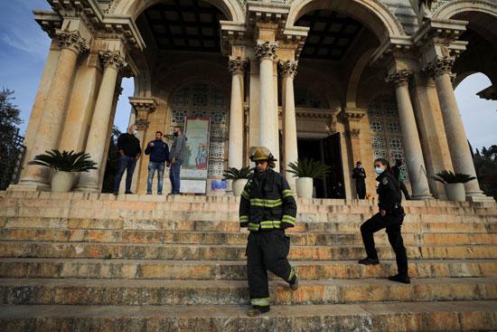 القوات المدنية أمام الكنيسة