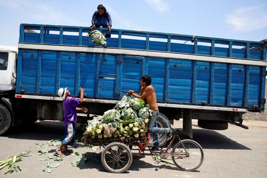 المزارعين يغلقون الطرق الرئيسية