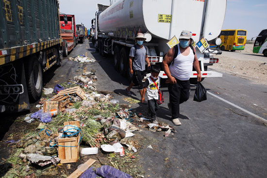 تعطل الشاحنات على الطرق جراء اغلاقها من المزارعين
