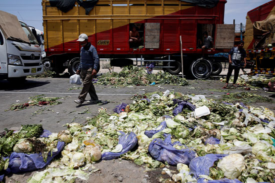 الخضراوات على الارض عقب الاشتباكات العنيفة