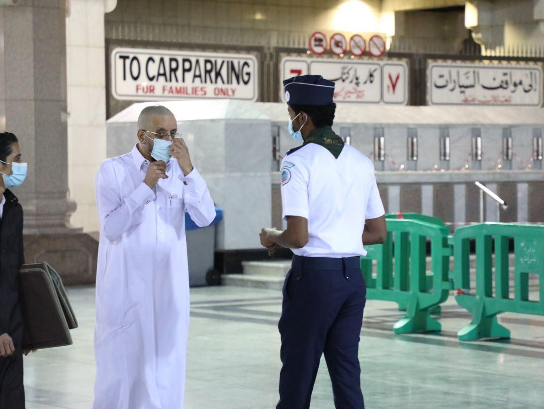 متطوع يساعد مصلي بالمسجد النبوي