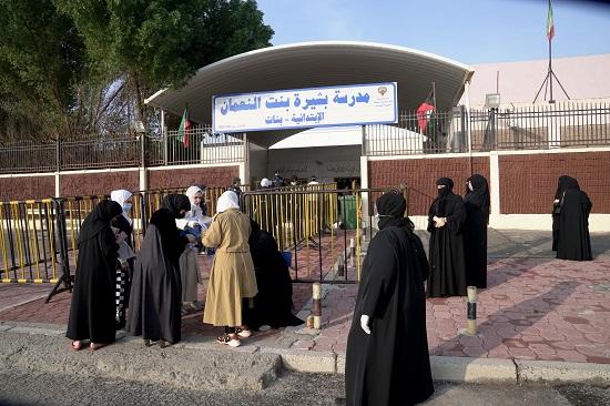 الناخبون على أبواب لجان التصويت