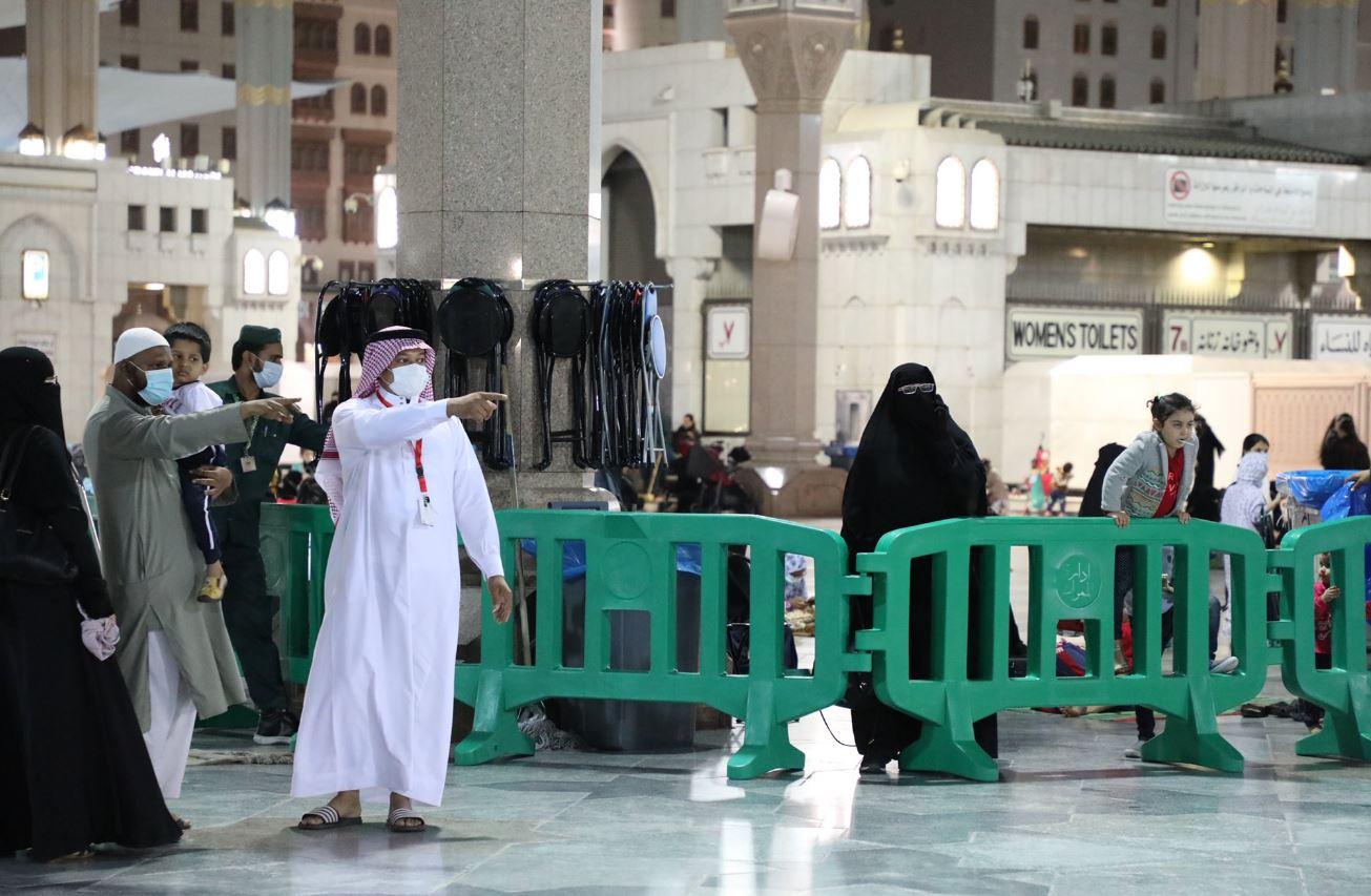 متطوع يشاركون في اليوم العالمي للتطوع في خدمة زائري المسجد النبوي