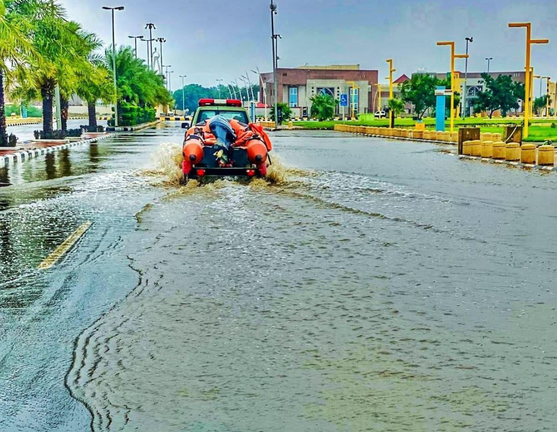 تعامل رجال الدفاع المدني مع الأمطار