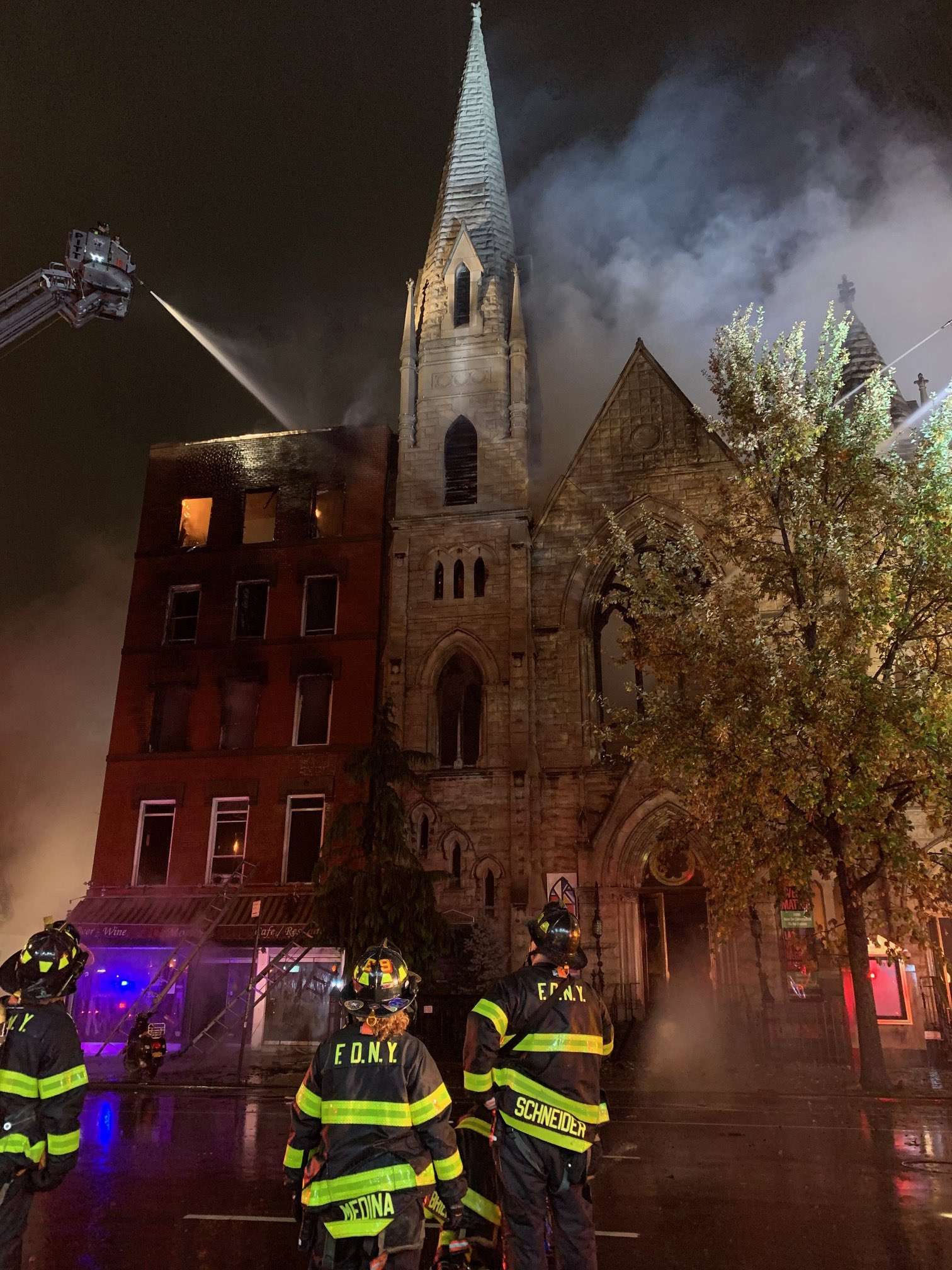 المبنى والكنيسة فى نيويورك