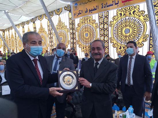 وزير التموين ومحافظ الإسماعيلية يتفقدان مجمع صوامع الغلال بأبوصوير (4)