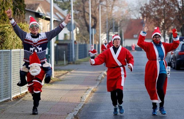جانب من انطلاق سباق سانتا كلوز في ألمانيا