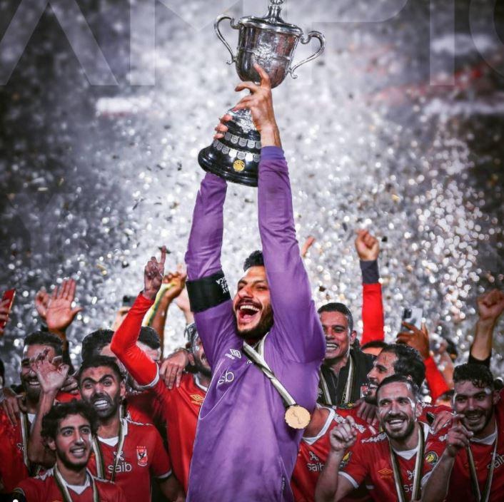 الشناوي يحمل كأس مصر