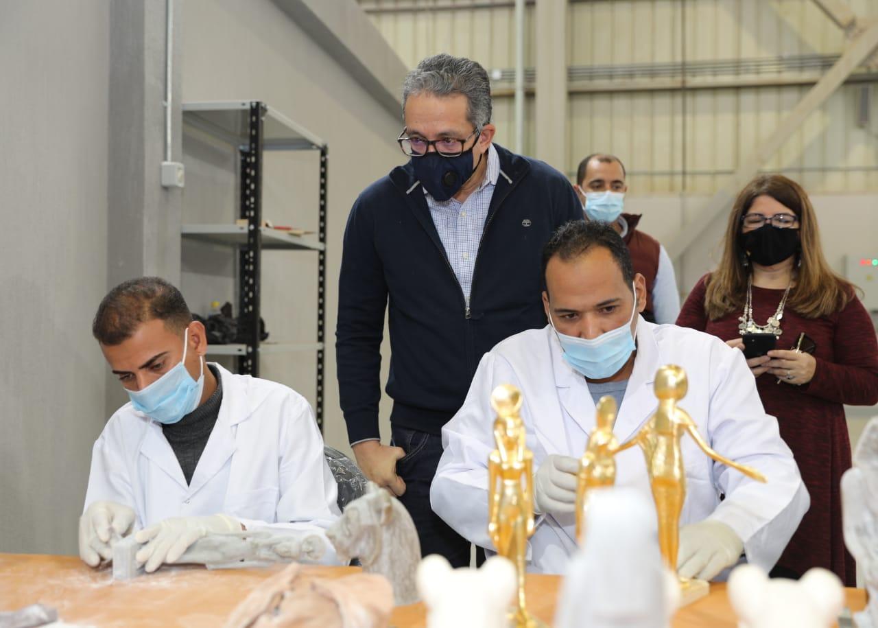 وزير السياحة والآثار في زيارة سابقة للمصنع  (2)