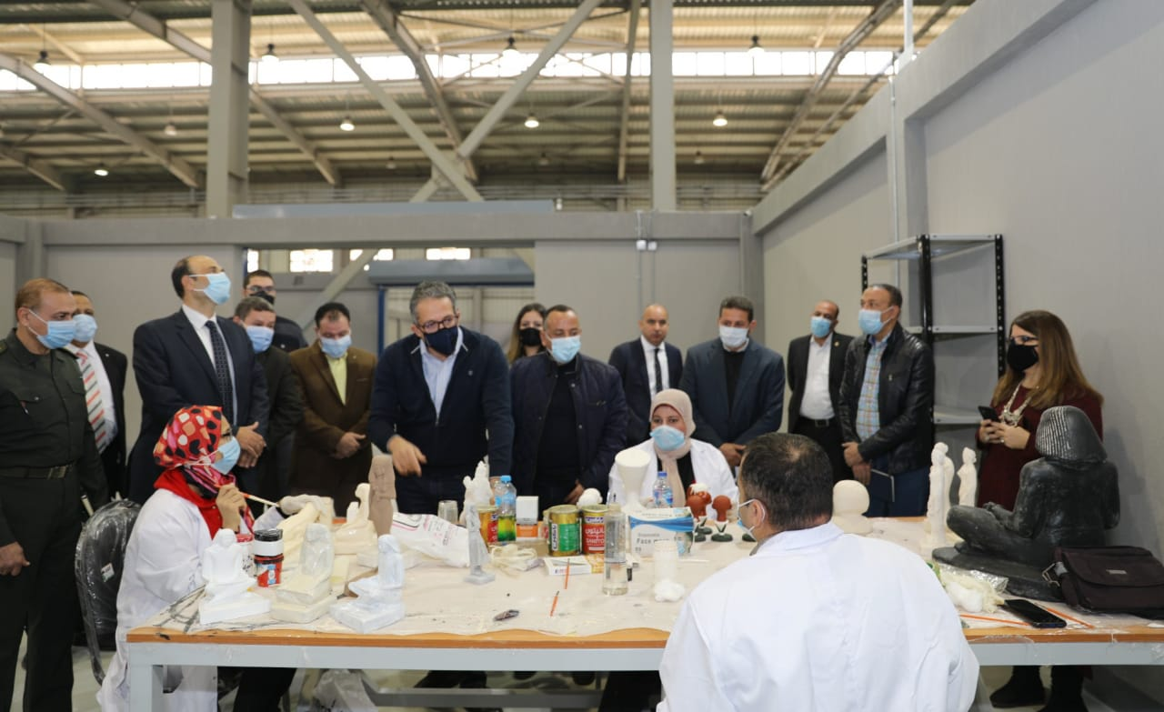 وزير السياحة والآثار في زيارة سابقة للمصنع  (2).
