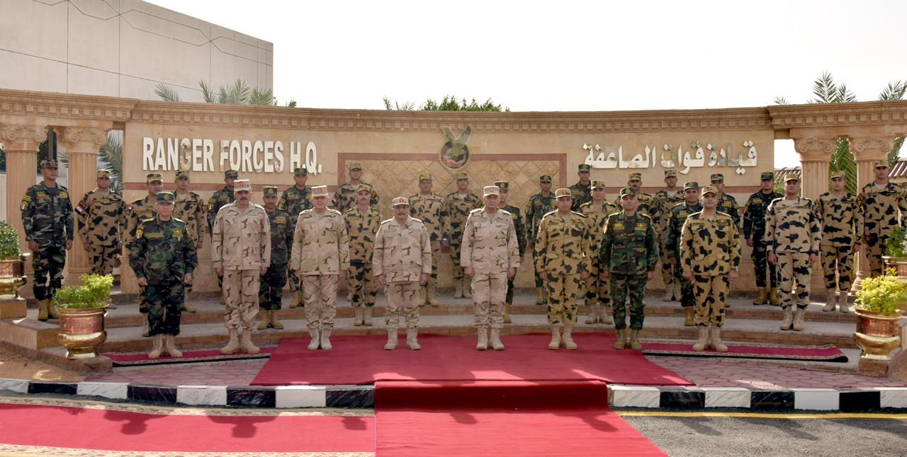 وزير الدفاع يلتقى عددًا من مقاتلى قوات الصاعقة والمظلات (1)
