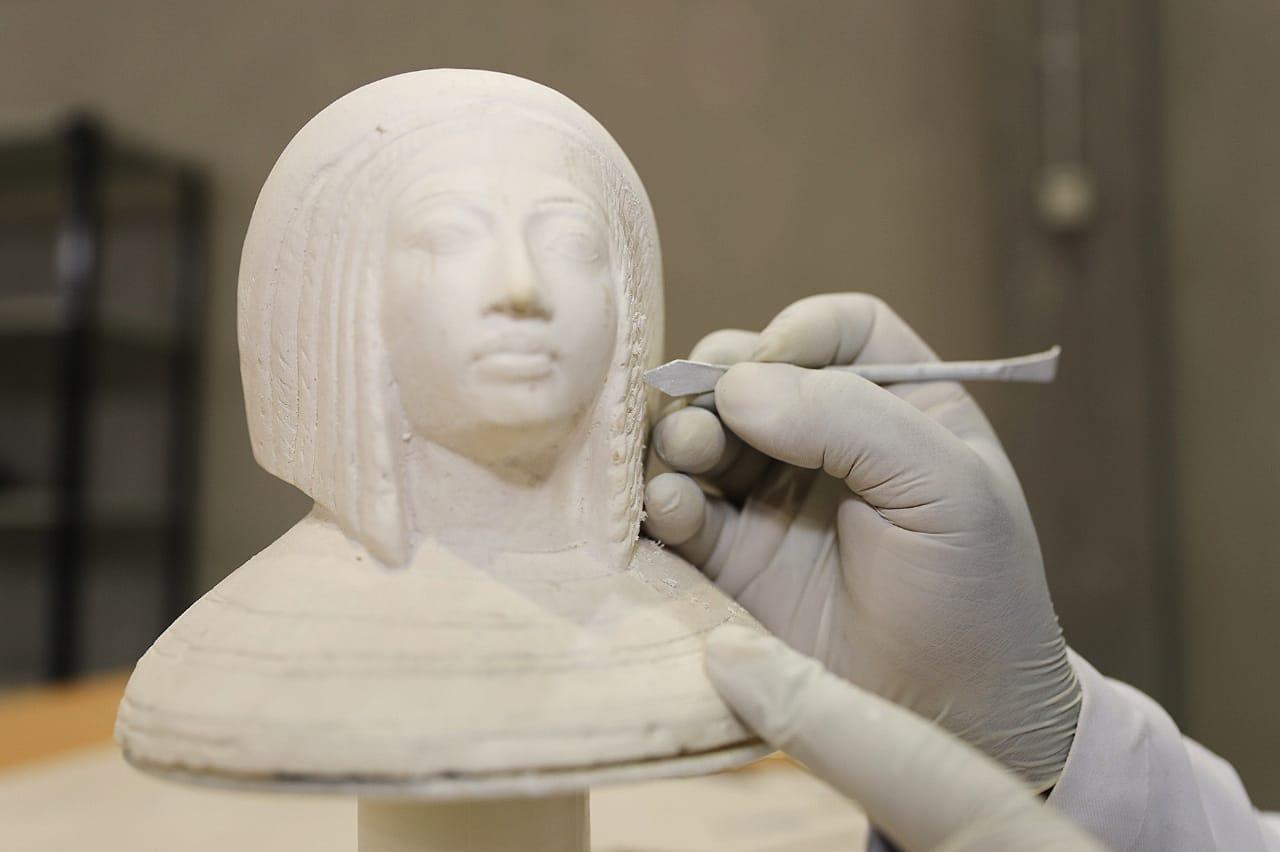 العمل داخل مصنع المستنسخات الأثرية  (5)
