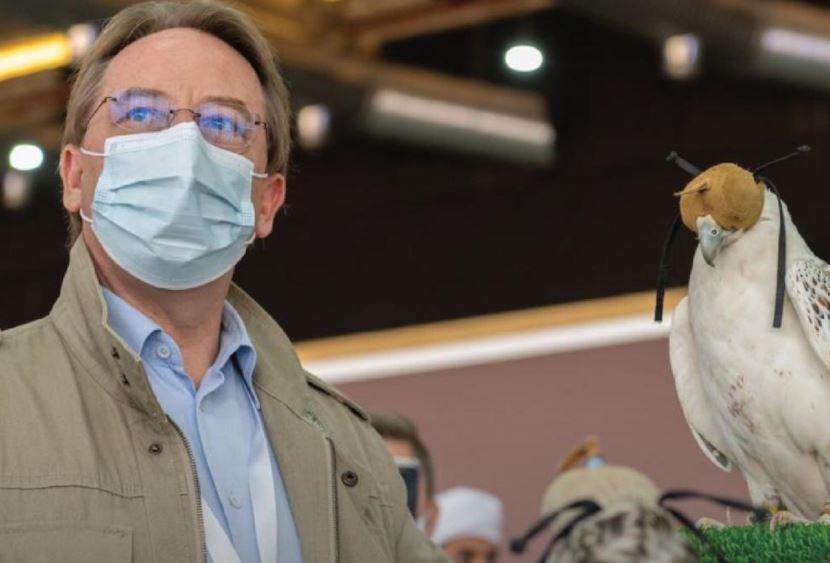 سفير فرنسا في السعودية يمسك صقر