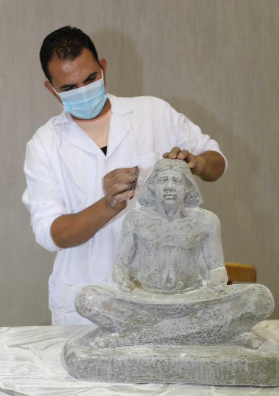 العمل داخل مصنع المستنسخات الأثرية  (1)