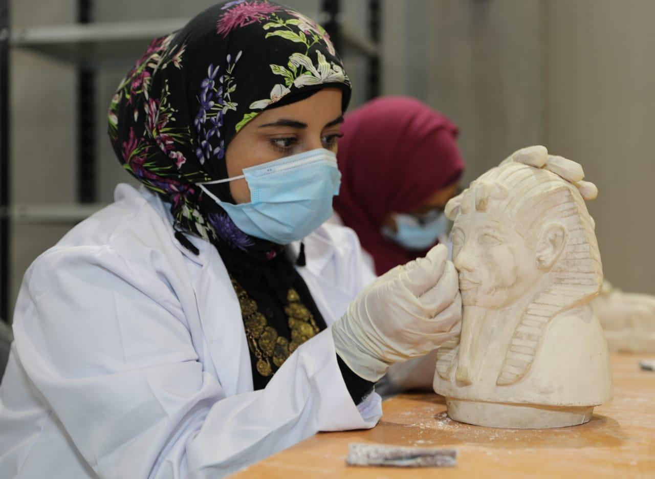 العمل داخل مصنع المستنسخات الأثرية  (4)