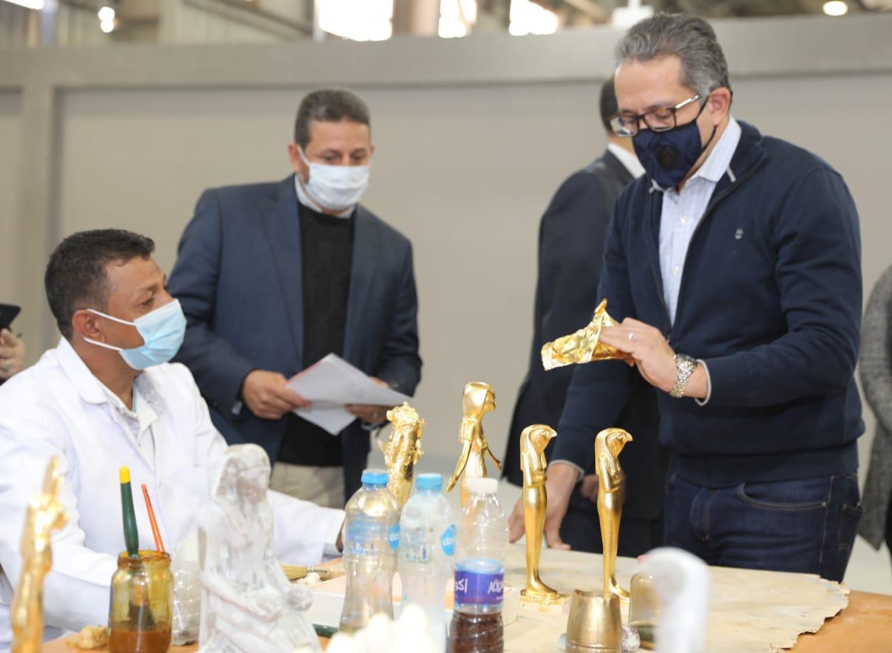 وزير السياحة والآثار في زيارة سابقة للمصنع  (1)