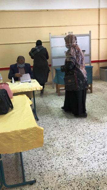 إقبال كبير على التصويت بلجان الانتخابات (1)
