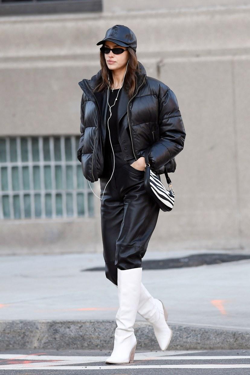 تحمل إيرينا شايك حقيبة راشيل مطبوعة على شكل حمار وحشي