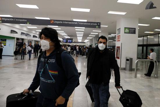 المسافرون اثناء وصولهم المطار