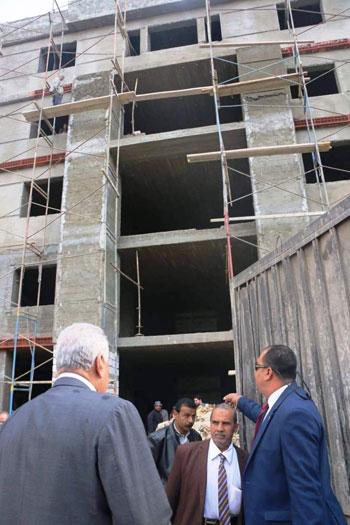 سامح عاشور يتفقد مشروع النقابة الجديد
