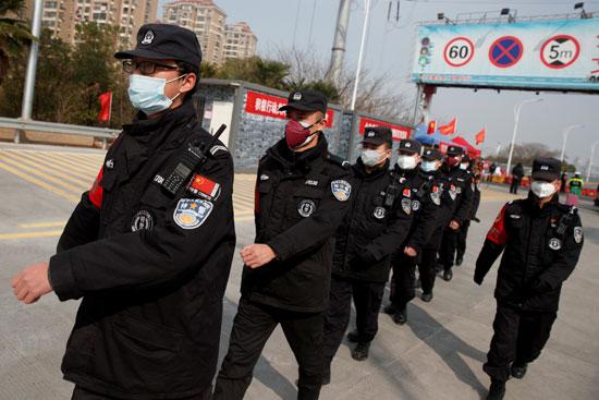 حراس الأمن يسيرون في تشكيل عند نقطة تفتيش