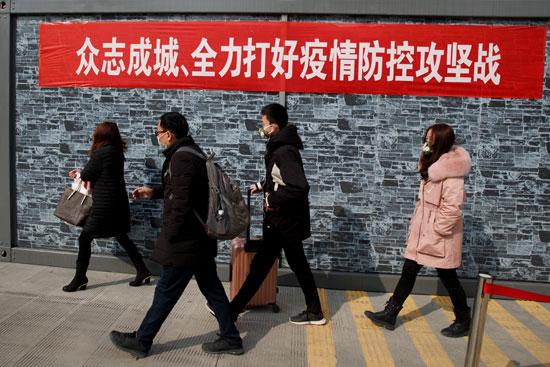 صينيين قادمون من مقاطعة هوبى إلى جيوجيانج بعد المرور عبر نقطة تفتيش