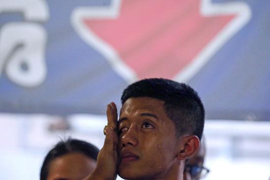 شاب يبكى على ضحايا القتل العشوائى
