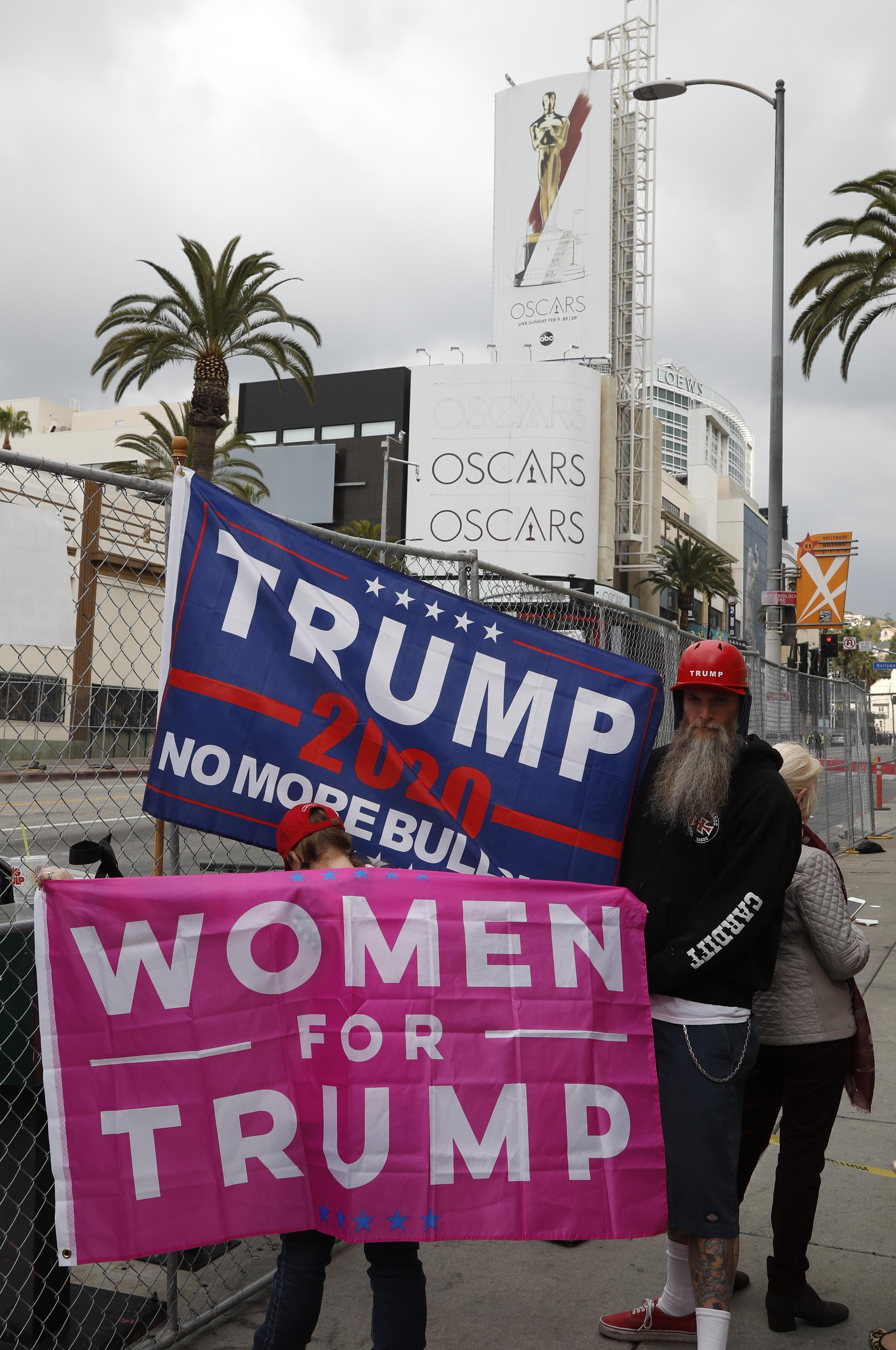 لافتات داعمة لترامب أمام حفل الأوسكار