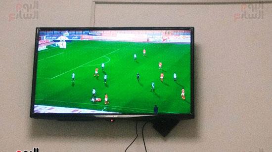 مشاهدة-المباريات-على-شاشة-الغرفة-للتسلية