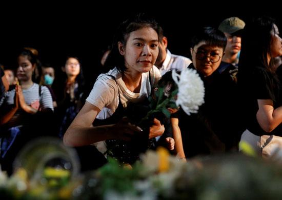 فتاة تضع الورود
