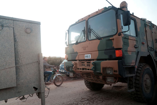 شاحنة تحمل دبابة