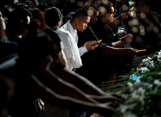 بالورد والشموع تأبين الضحايا