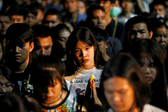 جميلات تايلاند يأبنون الضحايا