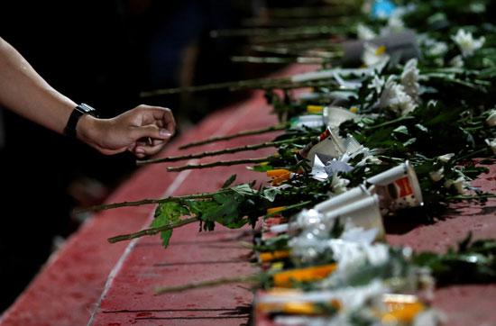 بالورود تايلانديون يأبنون الضحايا