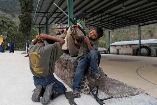 أطفال مكسيكيون يتدربون على حمل السلاح