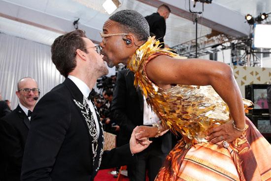 قبلة-المغنى-بيلي-بورتر-للمذيع-براد-جوريسكي-فى-حفل-الأوسكار-(1)