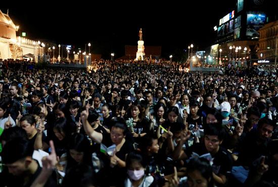 آلاف الاشخاص يقفون حزنا على الضحايا