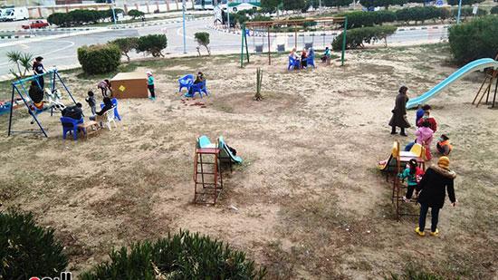 الأطفال-بحديقة-الفندق-خلال-الظهيرة