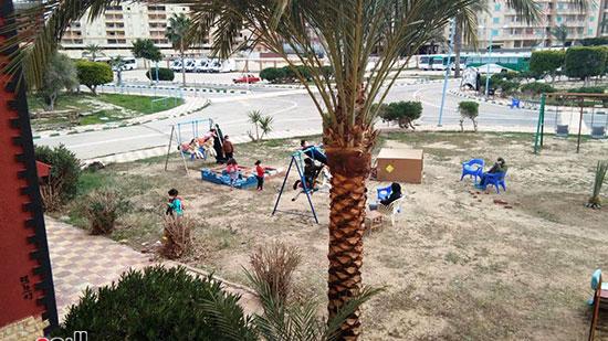 الأطفال-واسرهم-بحديقة-فندق-الحجر-الصحي-بمطروح