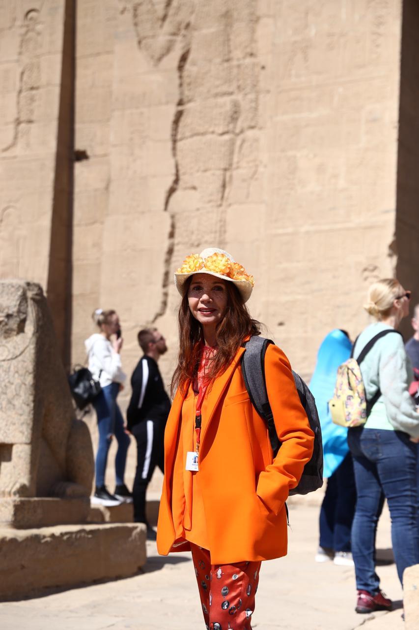 الممثلة والمغنية الإسبانية الشهيرة فيكتوريا أبريل بمعبد فيلة (1)