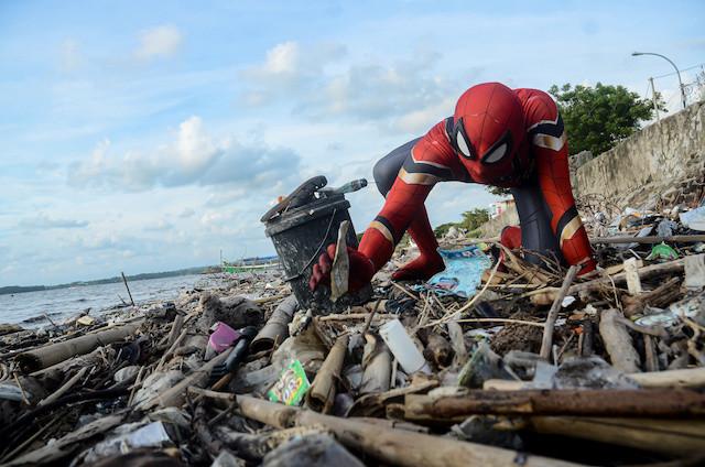 سبايدر مان يجمع القمامة على شواطئ إندونيسيا