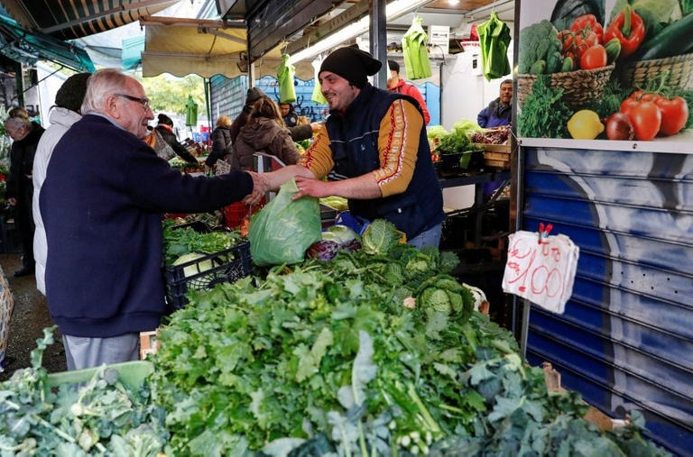 دينو إيمبالياتزو يتجول فى السوق