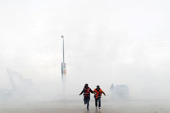 طلاب يهربون من الغاز المسيل للدموع