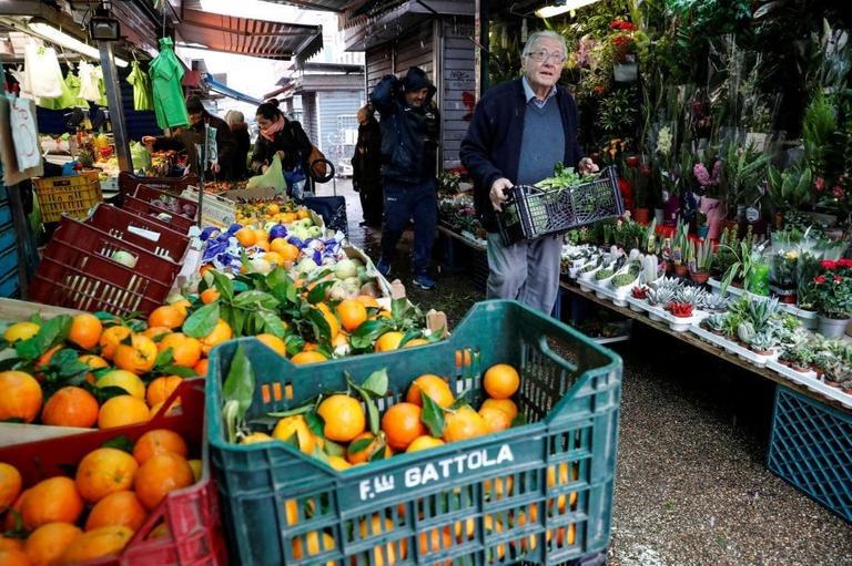دينو إيمبالياتزو يشترى الخضراوات
