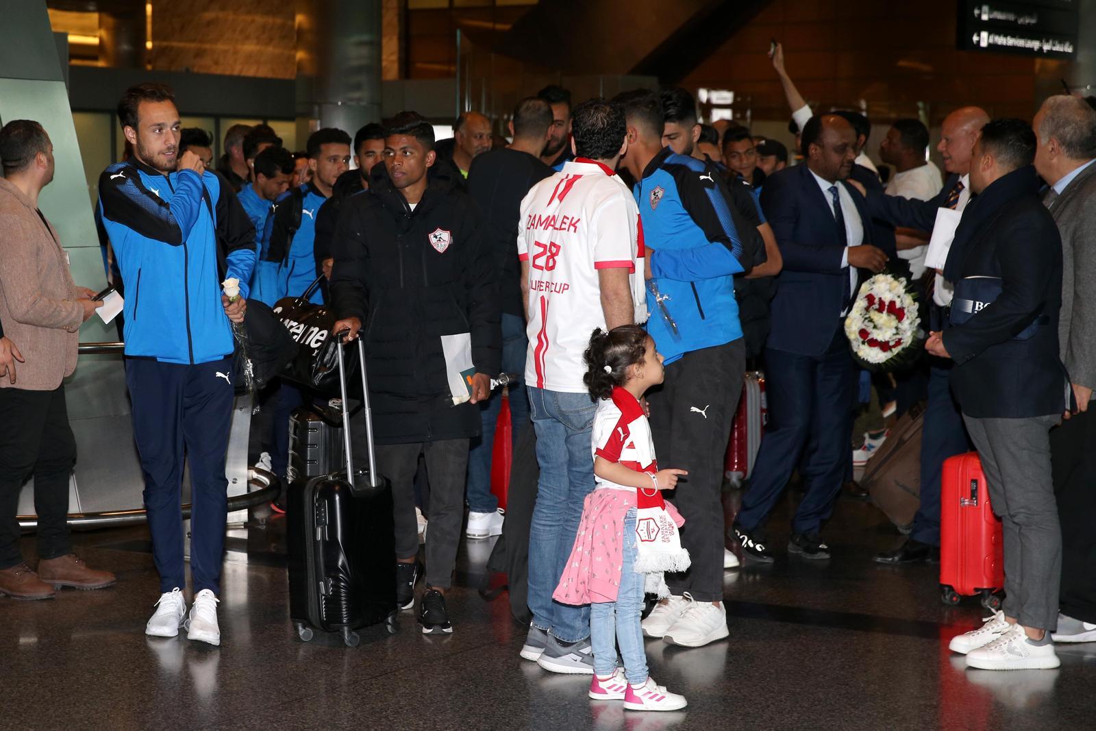 لاعبو الزمالك وسط الجماهير في مطار الدوحة