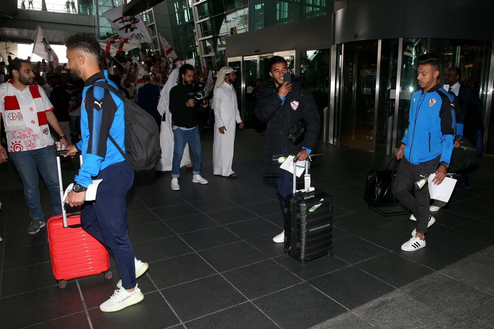 لاعبو الزمالك يلتقطون صورا لاستقبال الجماهير لهم في قطر