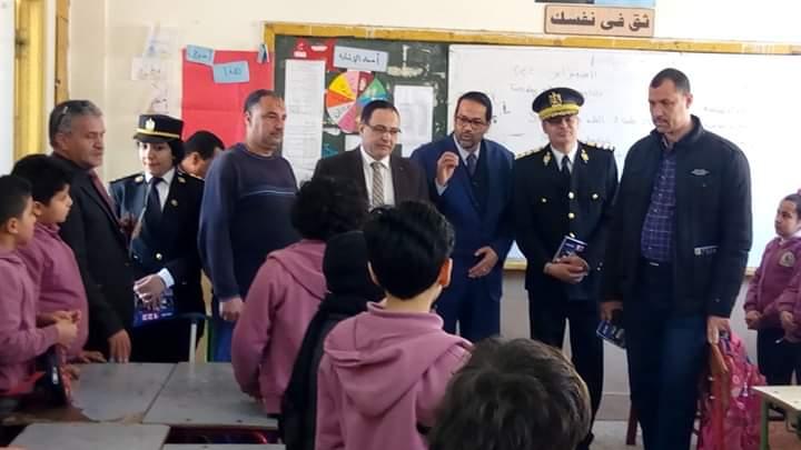 الشرطة توزع كراسات رسم وكتيبات على طلبة المدارس بالمحلة (3)